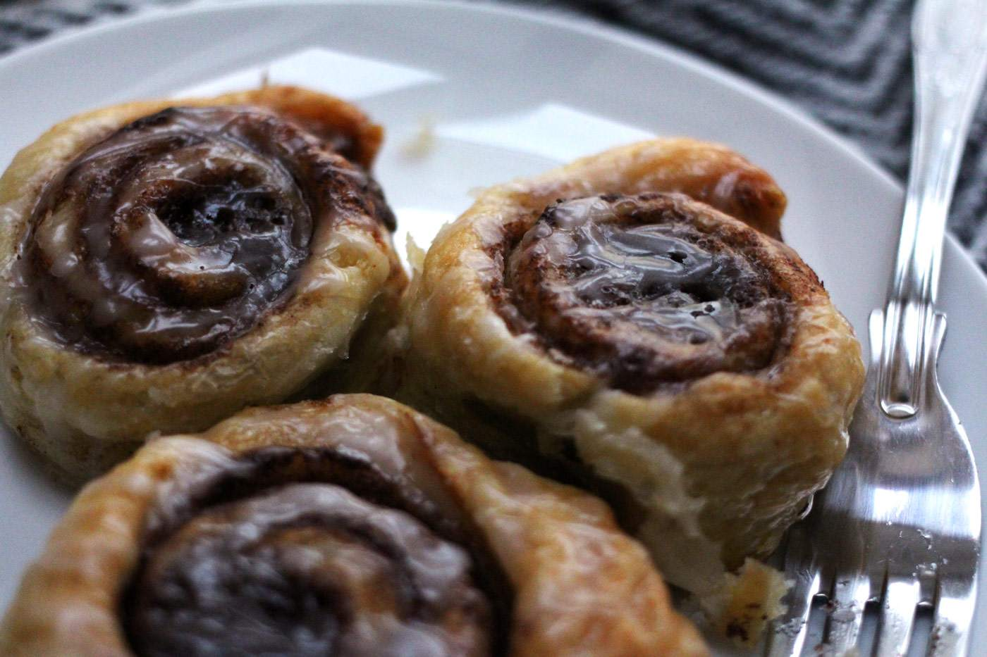 easy-cinnamon-rolls-recipe-autumn-winter-icing