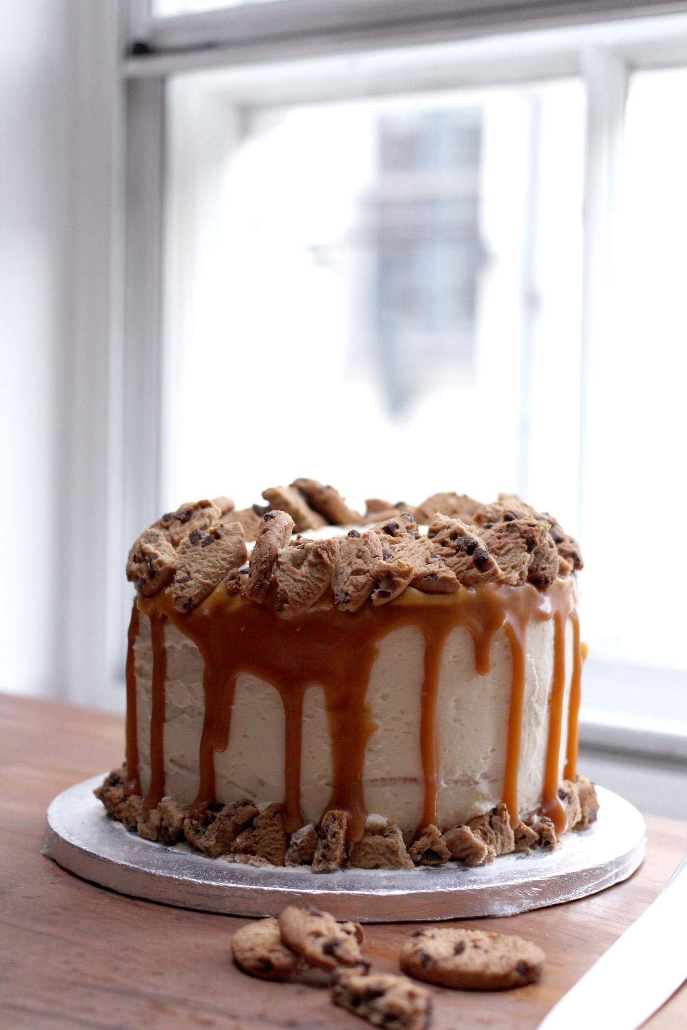 vanilla-caramel-cookie-layer-cake-drip-style-food-blogger