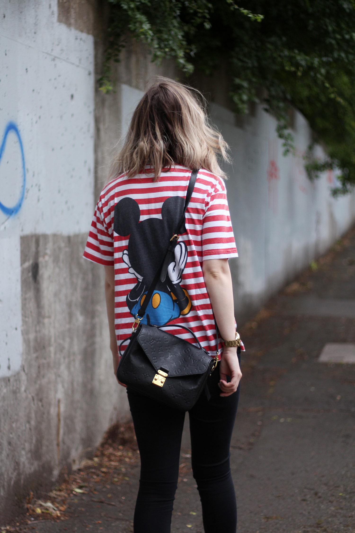 vintage-mickey-mouse-disney-tshirt-louis-vuitton-pochette-metis-11