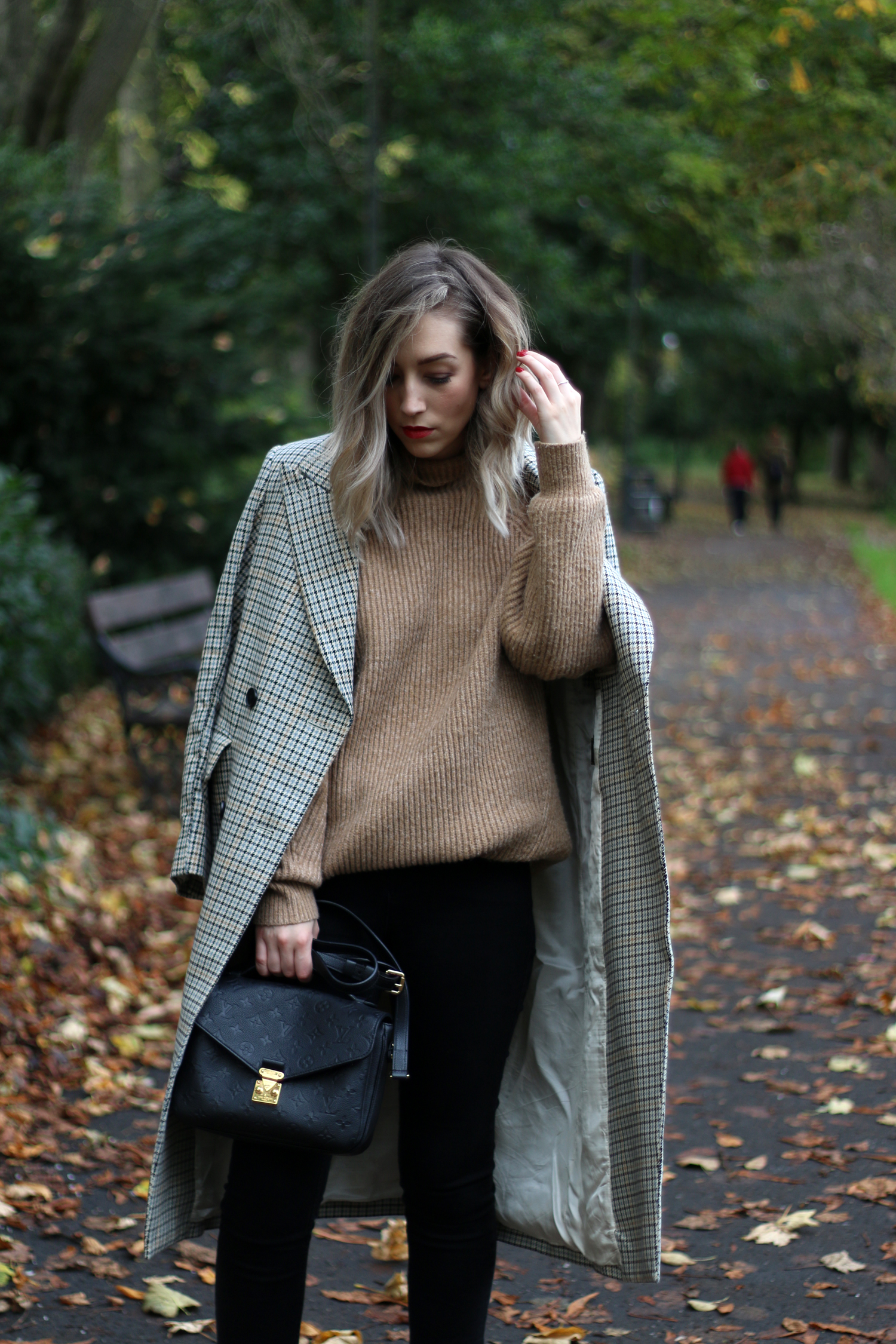 autumn-outfit-H&M-oversized-tan-jumper-checked-coat-5