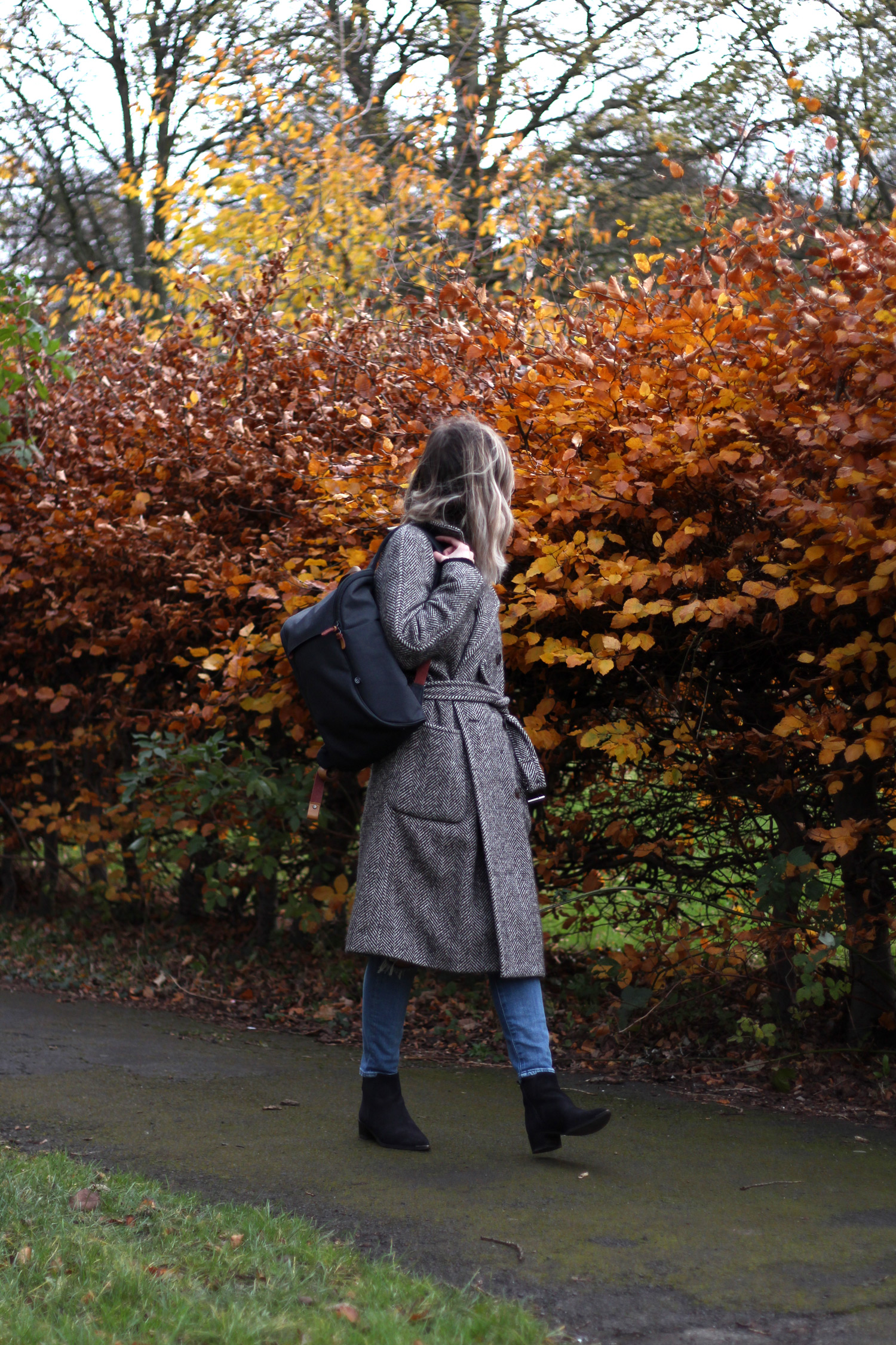 booq-grey-backpack-autumn-outfit-chloe-coat-acne-jensen-3