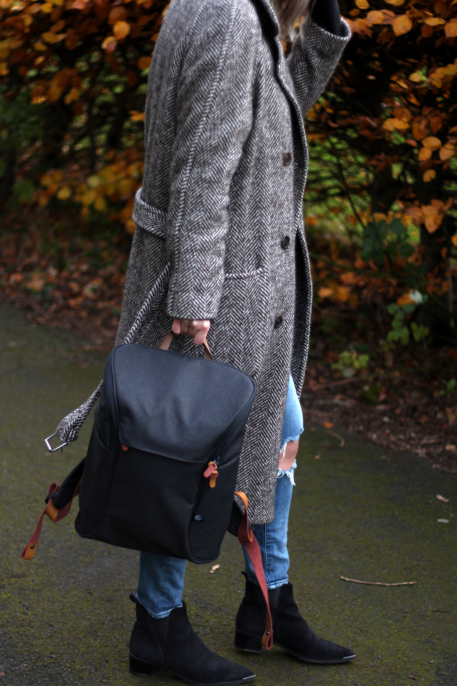 booq-grey-backpack-autumn-outfit-chloe-coat-acne-jensen-9