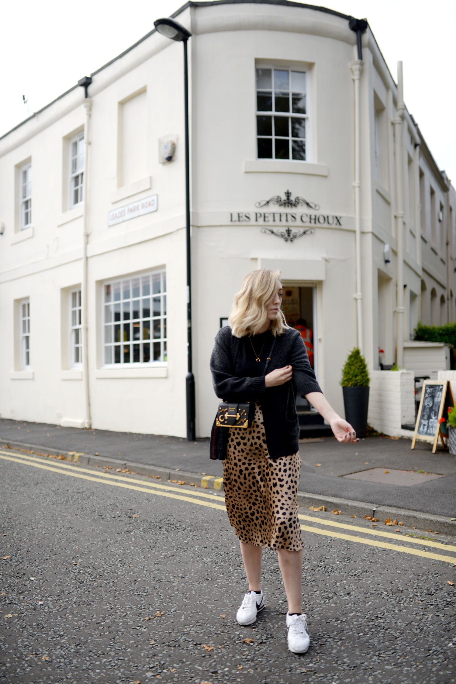 realisation-par-naomi-wild-thing-leopard-silk-skirt-prada-cahier-astrology-bag-1